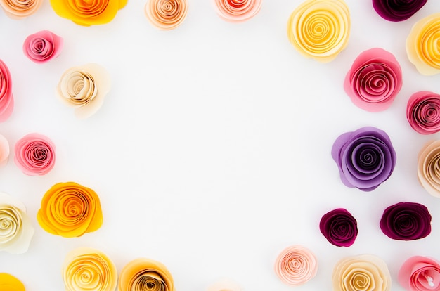 Fundo branco com moldura de flores de papel