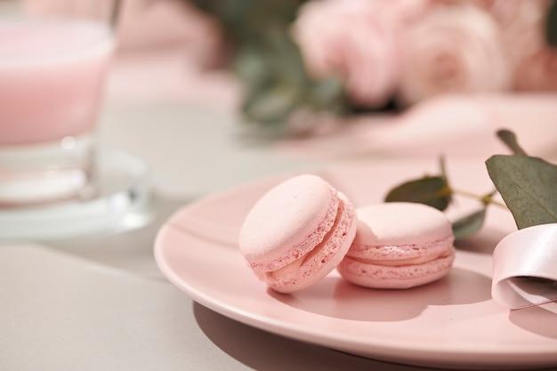 Fundo branco com objetos rosa e brancos