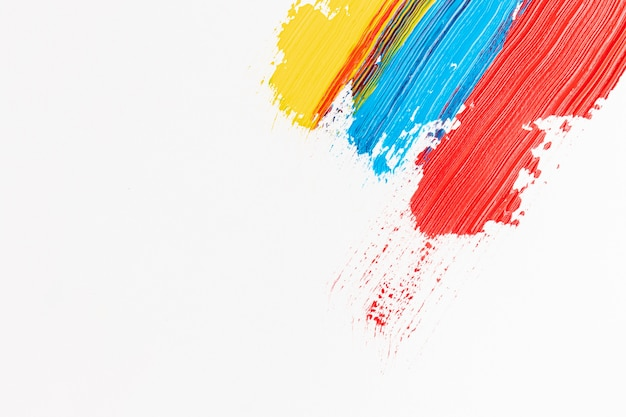Fundo branco com tinta vermelha, azul e amarela