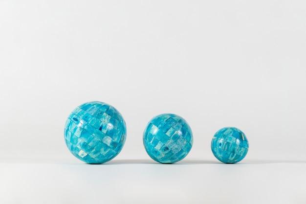 Fundo branco com três esferas azuis
