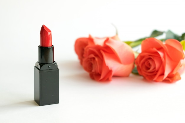 Fundo branco cosmético de beleza com batom vermelho