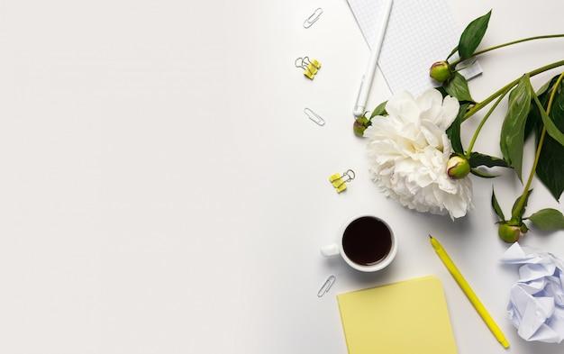 Fundo branco da mesa da mesa de escritório