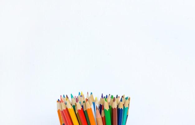Fundo branco de lápis de cor