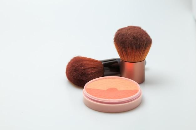Fundo branco de produtos de maquiagem