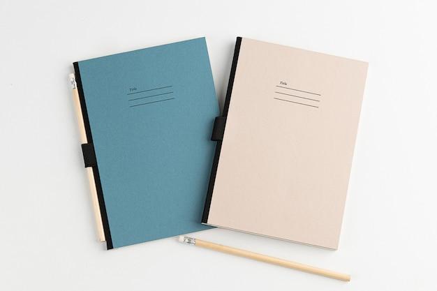 Fundo branco espaço para notas naturais e lápis