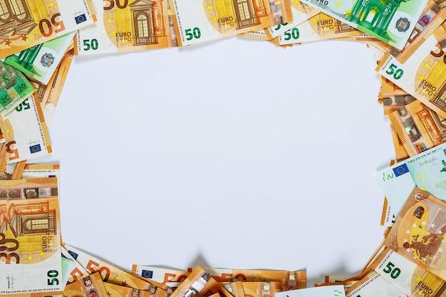 Fundo branco para copyspace no quadro com notas do euro.