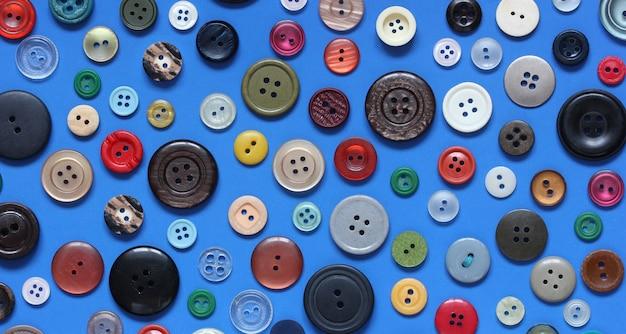 Fundo brilhante com botões de plástico coloridos