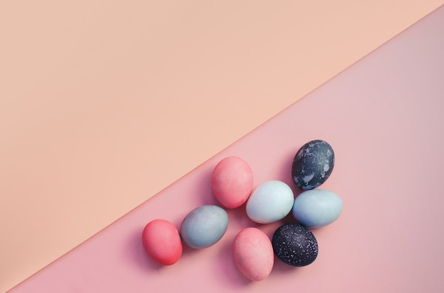 Fundo brilhante com ovos de páscoa coloridos. copie o espaço