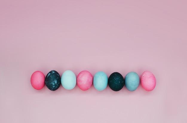 Fundo brilhante com ovos de páscoa coloridos