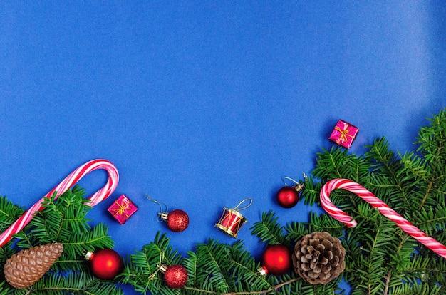Fundo brilhante de natal ou ano novo azul com ramos de abeto