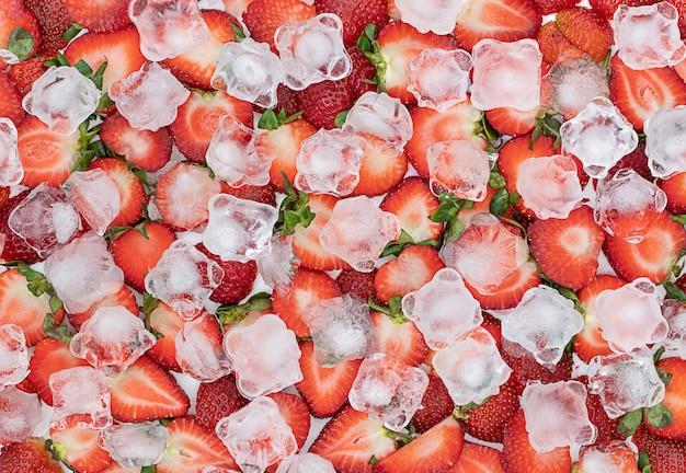 Fundo brilhante de verão com morangos e gelo