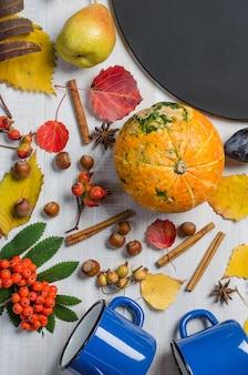 Fundo brilhante do outono com placa de giz. lay plana.
