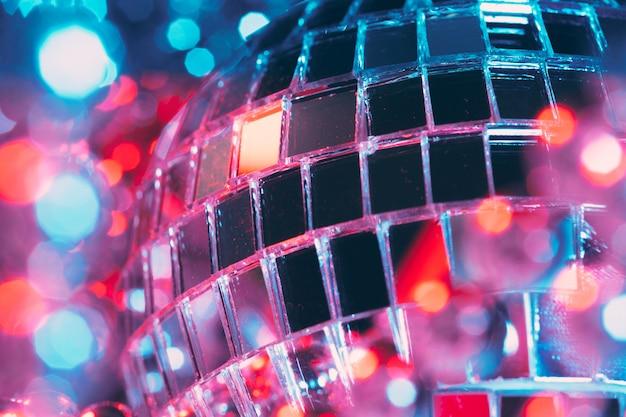 Fundo brilhante festa discoteca com bolas de espelho, refletindo a luz