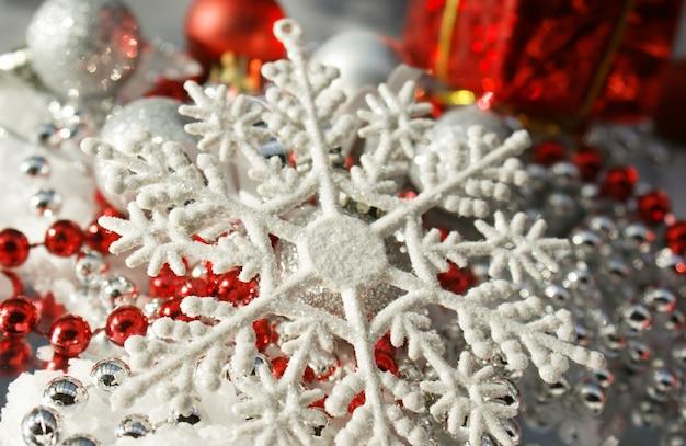 Fundo chrismas com contas de floco de neve e enfeites