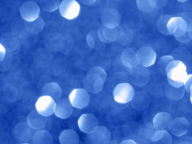 Fundo cintilante com bokeh feito da cor 2020 azul clássico.