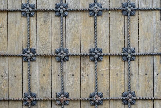 Fundo cinza de madeira antigo com decoração de metal