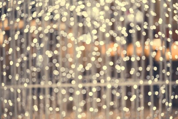 Fundo claro de natal. cenário brilhante de férias. fundo desfocado com estrelas piscando. bokeh borrado.