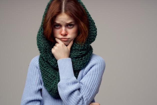 Fundo claro de temperatura de problemas de saúde de mulher doente. foto de alta qualidade