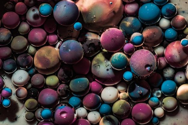 Fundo colorido abstrato com bolhas. bolhas de acrílico coloridas. modelo de design de tinta abstrata