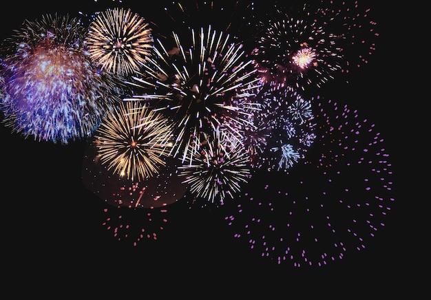 Fundo colorido abstrato com fogos de artifício e espaço livre para texto