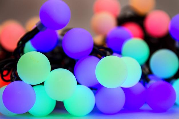 Fundo colorido bokeh. guirlandas luminosas de luzes elétricas.