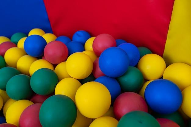 Fundo colorido com bolas de plástico de crianças.