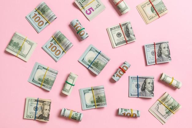 Fundo colorido com dinheiro americano cem notas de dólar em cima wiev com copyspace para o seu texto no negócio