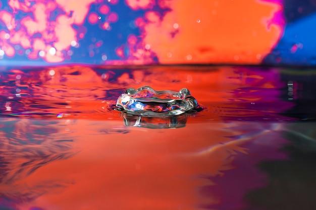 Fundo colorido com espirra da água