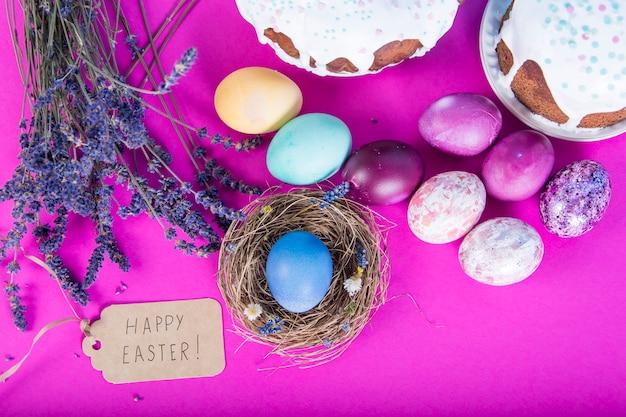 Fundo colorido com fundo de ovos de páscoa.