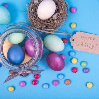 Fundo colorido com ovos de páscoa em fundo azul.