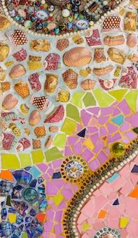 Fundo colorido da parede de cerâmica e vitrais em wat phra que pha filho kaew