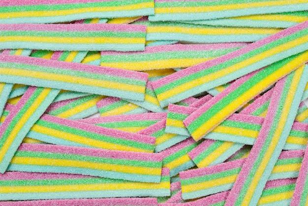 Fundo colorido de doces gomosos suculentos. vista do topo. doces de gelatina.