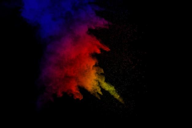 Fundo colorido de pó de giz. as partículas de poeira da cor splattered no fundo branco.
