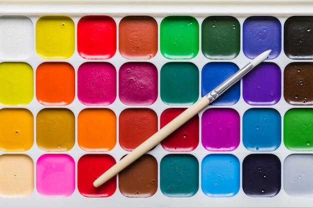 Fundo colorido de tinta aquarela aquarelle e pincel limpo