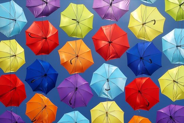Fundo colorido dos guarda-chuvas no céu. decoração de rua.