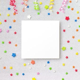 Fundo colorido festa com copyspace. conceito de celebração. lay plana.