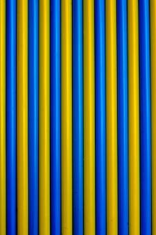 Fundo colorido. palhas bebendo coloridas do cocktail do plástico. backgr azul e amarelo