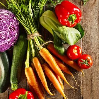 Fundo colorido vegetal do alimento. legumes frescos saborosos na mesa de madeira. vista superior com espaço de cópia.