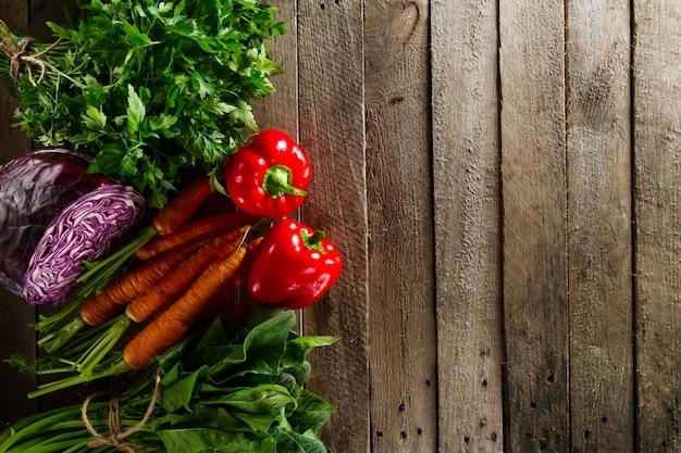 Fundo colorido vegetal do alimento. legumes frescos saborosos na tabela de madeira. vista superior com espaço da cópia.