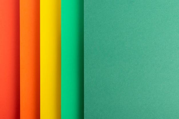 Fundo colorido vertical de material de papel dobrado. vista superior, configuração plana.