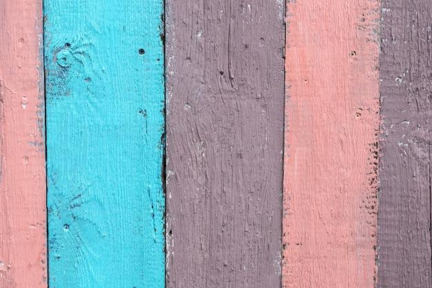 Fundo colorido vintage de madeira, cor rosa, marrom e azul, estilo rústico de pranchas envelhecidas.