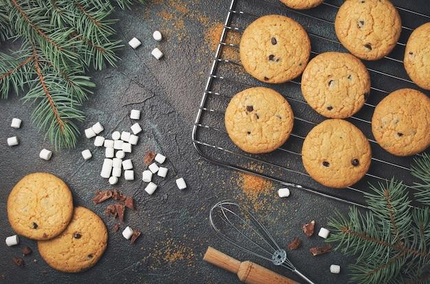 Fundo com biscoitos de chocolate caseiros e marshmallows. quadro de comida de natal.