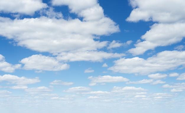 Fundo com céu azul de verão e cúmulos brancos