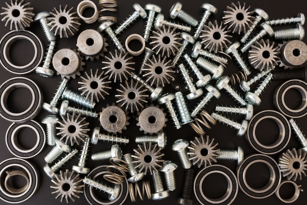 Fundo com componentes mecânicos, engrenagens, molas, parafusos, objetos industriais