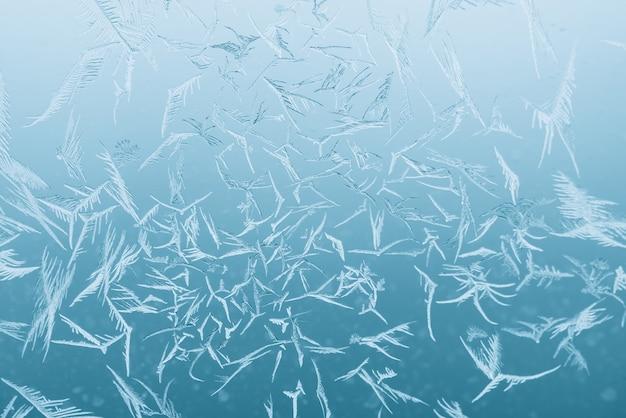 Fundo com cristais de gelo no vidro da janela