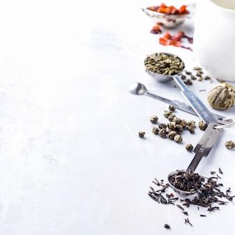 Fundo com diferentes tipos de folhas de chá