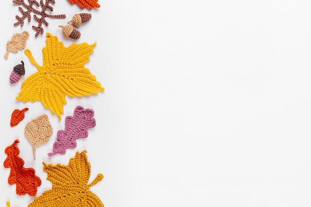 Fundo com folhas amarelas de tricô. conceito de outono. clima de outono
