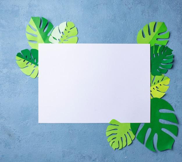 Fundo com folhas de palmeira tropical monstera de papel