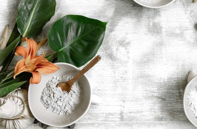 Fundo com ingredientes naturais de consistência em pó para fazer uma máscara para o cuidado da pele, fazendo uma máscara em casa.