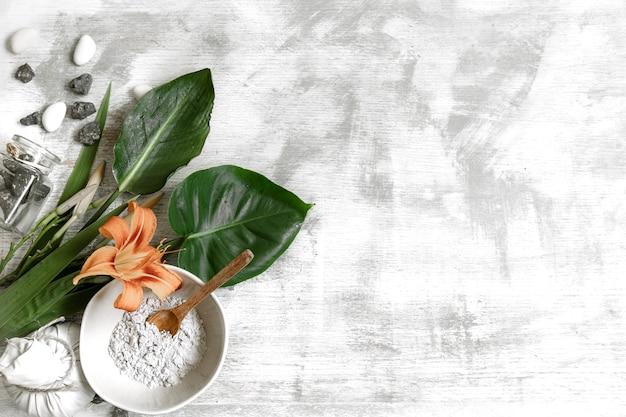 Fundo com ingredientes naturais de consistência em pó para o preparo de uma máscara para o cuidado da pele.